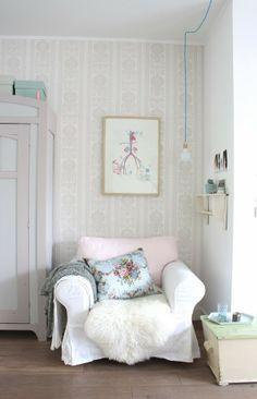 Cozy corner at omstebeurt Shabby Chic Pink, Shabby Chic Cottage, Shabby Chic Homes, Shabby Chic Style, Shabby Chic Decor, Teintes Pastel, Pastel House, Cozy Corner, Cozy Nook