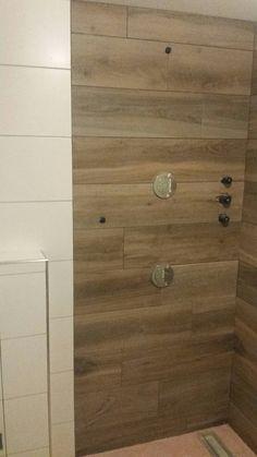 Houtlook tegels tegen de wand in de badkamer houtlook tegels keramisch parket pinterest - Mat tegels ...