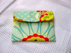 Detailed instructions on how to make this little wallet are at 7 layer studio. The fabrics are from Heather Bailey for the outside and flap, inside and outside, and Amy Butler for the lining. Back…