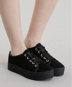 Tenis aveludado preto Shoes Sandals, Shoes Sneakers, Heels, Shoes Ads, Expensive Shoes, Only Shoes, Kinds Of Shoes, Dream Shoes, Trendy Shoes