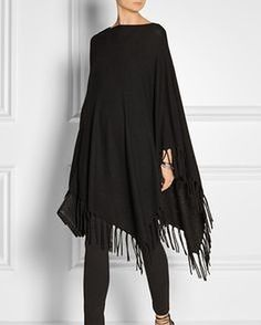 Poncho mit Fransen Adore this well-priced DKNY Asymmetric fringed knitted poncho Mode Outfits, Casual Outfits, Fashion Outfits, Womens Fashion, Poncho Outfit, Traje Casual, Mode Chic, Knitted Poncho, Mode Inspiration