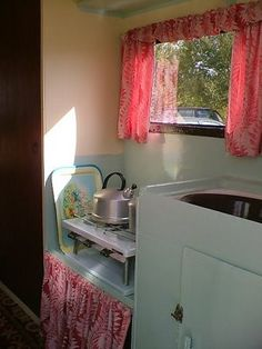 vintage English caravan (many photos)