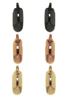 Kit 3 Brincos Anna Flynn Argola dourado, grafite e rosé, feito em metal e fechamento em encaixe. Com três pares de brincos de argola, medindo 2cm de largura e 2cm de altura. O Kit 3 Brincos Anna Flynn Argola é perfeito