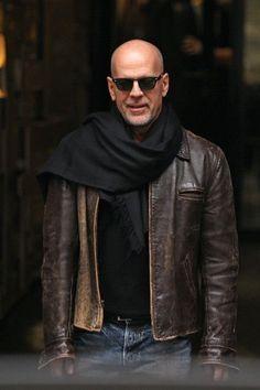 Bruce Willis en blouson cuir, lunettes de soleil et large écharpe #bald #beard #glasses #scarf #leather #jacket #leatherjacket #style #badboy #brucewillis #menstyle #menswear #look #mode #chauve #barbe #lunettes