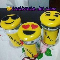 Frascos decorados con porcelana fría.. Frascos emoticones.. Regalo día del amigo..