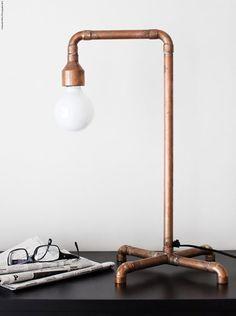 Copper table lamp by Daniella Witte cuivre tuyaux Luminaria Diy, Desk Lamp, Table Lamp, Pipe Table, Bedside Lamp, Nightstand, Copper Lamps, Copper Table, Copper Diy