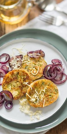 Die gebratenen Rosenkohl-Knödel von unserer Bloggerin Isabella werden dich auf jeden Fall begeistern! Der Rosenkohl wird direkt in den Teig gegeben und verarbeitet. Das schmeckt wahnsinnig lecker. Sieh dir im Video die einfache Zubereitung an.