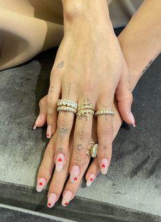 Hailey Bieber Tells Us How She Handles Her Chronic Skin Condition Buraka Tattoo, Hand Tattoos, Tiny Finger Tattoos, Finger Tattoo Designs, Tribal Sleeve Tattoos, Geometric Tattoos, Tattoo Flash, Nail Swag, Minimalist Nails