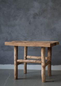 Tøff trebord med rustikk finish fra Trend Design. Bruk den som stuebord.Størrelse:Bordplate: 60x60 cmHøyde:65 cmVedlikehold: Vi anbefaler å bruke Antikvax som påføres umiddelbart for å forhindre at smuss og flekker fester seg.