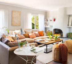 En el salón Sofás y mesa de centro de Thomas Carstens, pufs de mimbre de Sacum y cortinas de lino de H&M Home. La alfombra es de La Maison.