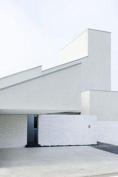 FORM / Kouichi Kimura Architects, Takumi Ota · House of Representation Minimalist Architecture, Contemporary Architecture, Architecture Details, Interior Architecture, Brick Architecture, Installation Architecture, Unique Buildings, Architect House, Japanese House