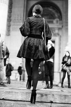 Street style en la alta costura de Paris primavera verano 2013: Miroslava Duma  Sube despacio las escaleras del Grand Palais. La vemos de espaldas, pero esa silueta y esos zapatos infinitos no dejan lugar a dudas: es Miroslava Duma.