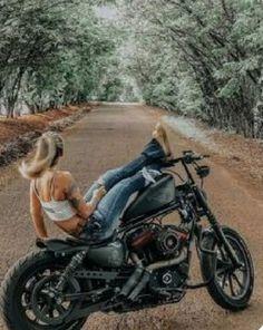 Harley Bobber, Bobber Motorcycle, Motorcycle Design, Women Riding Motorcycles, Old Motorcycles, Hd Sportster, Chicks On Bikes, Harley Davidson Iron 883, Motorbike Girl