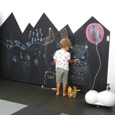 Fun ways to create a chalkboard wall in a kids room http://petitandsmall.com/fun-ways-create-chalkboard-wall/