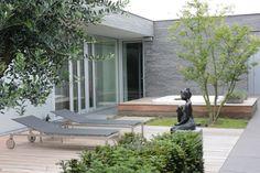 Moderne tuin met jacuzzi en ligstoelen