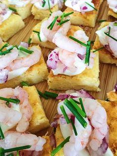 Små goda ostsnittar som är superlätta att göra! Blanda två påsar riven Prästost med en påse riven Västerbottenost (tot ca 450g ost). Vispa ihop 3 ägg med 3 dl