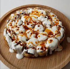Patlıcanlı kolay beyti kebabı Merve Ünal (@pacikanin_mutfagi)'in paylaştığı bir gönderi (May 27, 2017 at 7:37öö PDT) 4-5 adet patlıcan Uzun uzun ince ince kesip yağlı kağıt serili tepsiye dizin. Fırçayla biraz zeytinyağı sürün ve tuz serpin. 180 derecelik fırında yumuşayıp birazcık kızarana kadar pişirin 2 tane yufka Yarım çay bardağı su Yarım çay bardağı sıvıyağ …