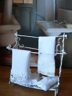 All about dollhouses and miniatures: Brocante handdoekenrek voor het poppenhuis gemaakt van ijzerdraad
