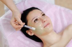 Αυτές οι Φυσικές Συνταγές Εγγυώνται ότι θα Κάνουν το Δέρμα σας Απαλό και Λαμπερό σε Ελάχιστο Χρόνο! -idiva.gr Facial Masks, Facial Hair, Skin Care Routine 30s, Organic Facial, Les Rides, Chemical Peel, Anti Aging Treatments, Tips Belleza, Skin Care Products