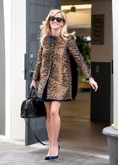 Black sunglasses, leopard bow coat, and blue suede pumps and Reese Witherspoon. Leopard Fashion, Animal Print Fashion, Fashion Prints, Animal Prints, Style Fashion, Fashion Beauty, Reese Witherspoon Style, Outfit Elegantes, Leopard Print Coat