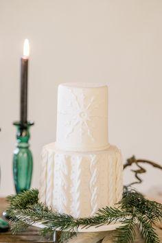 Heiraten im Winter: Ideen für eine romantische Winterhochzeit | Hochzeitsblog The Little Wedding Corner Candle Holders, Candles, Wedding, Modern Typography, Black Candles, Silk Ribbon, Flower Jewelry, Wedding Pie Table, Getting Married