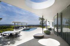 La terrasse de cette moderne maison d'architecte avec la piscine et la vue splendide