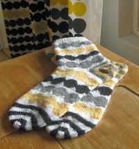 Räsymatto socks via Odelman kudelmat. Räsymatto fabric by Marimekko. Crochet Potholders, Crochet Socks, Knitting Socks, Hand Knitting, Knit Crochet, Knitting Patterns, Crochet Patterns, Knitting Projects, Crochet Projects