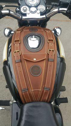 Tank and bike gear Tank- und Fahrradausrüstung Motorcycle Tank, Motorcycle Seats, Motorcycle Leather, Motorcycle Helmets, Vespa Vintage, Motos Vintage, Ducati, Cool Motorcycles, Triumph Motorcycles