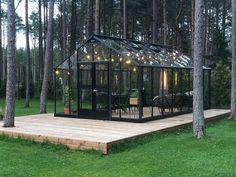 Så smukt kan en Juliana Gartner tage sig ud i en privat have i Estland 💚. Tak for billedet til vores estiske forhandler. Backyard Greenhouse, Greenhouse Plans, Backyard Landscaping, Glass Green House, Dream Garden, Home And Garden, Outdoor Spaces, Outdoor Living, Deco Nature