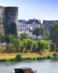 Voilà une jolie vue sur la Maine et une des tours du château d'Angers. Vous savez combien il en compte ?