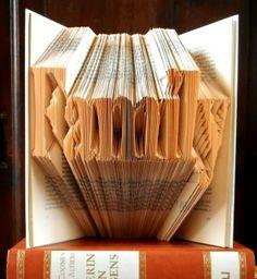 Het woord FAMILY gevouwen in een boek.  DIY patroon hiervoor is verkrijgbaar op de website van Boekvouwen . nl