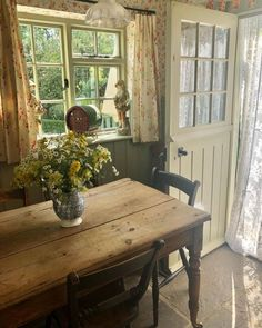 Cottage Kitchens, Cottage Homes, English Cottage Style, Cottages And Bungalows, Ivy House, Piece A Vivre, Cottage Living, Country Decor, Home Furniture