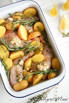 Zitronen Hähnchenkeulen mit frischen Kräutern und Knoblauch Zutaten: 4 Bio-Hähnchenkeulen mit Knochen 8-10 mittelgroße Kartoffeln (vorwiegend festkochend) 1 Knolle Knoblauch 1 Bio-Zitrone Meersalz Pfeffer, frisch gemahlen einige Zweige Rosmarin einige Zweige Thymian Für die Marinade: 2 Bio-Zitronen, der ausgepresste Saft 100 ml Olivenöl 1 TL Meersalz