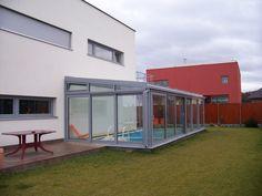 Z důvodu ochrany zimní zahrady nad bazénem se používají pouze hliníkové profily a nerezový spojovací materiál.