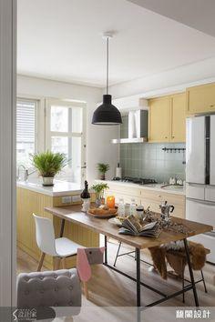 以台灣製作的老門板餐桌為主,搭配溫暖的黃、綠色系,為廚房增添溫暖舒適的氣息。