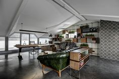 Skechers TR-Manager's Room designed by Zemberek Design #interiordesign #interior #interiordesignideas #interiorstyling #homeoffice #officedesign #plants #concretefloor #workingtable #leathersofa