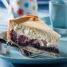 Dies ist der richtige Kuchen für alle Mohn-Liebhaber, die es gerne fruchtig mögen –; und noch dazu eine kalorienärmere Alternative zur Sahnetorte.
