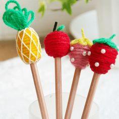 """毛糸をぐるぐる巻いてデコったフルーツ鉛筆です♪。ボンドをつける→毛糸を巻くの繰り返しで、インパクト大!の可愛い鉛筆になりました。 """"お部屋のインテリアとして飾りながら使う"""" そんな楽しみ方が出来そうです。 *後日談・・・お部屋に飾っていたらお友達からほしい!とリクエストがあり2本はそのままお友達のおうちへ、残りの2本は娘が小学校の宿題をするときに使っています。"""