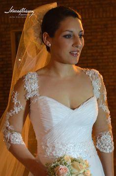 Jennifer pronta para su boda. Vestido de gasa drapeado a mano y mangas en encaje trabajado a modo de filigrana.