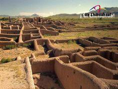 """TURISMO EN CHIHUAHUA Paquimé Casas Grandes, es un sitio arqueológico famoso por sus construcciones de adobe y sus puertas en forma de """"T"""".  En esa zona hay varias cuevas con construcciones en su interior, la más conocida es la Cueva de las 40 Ventanas. Recibió ese nombre de los primeros exploradores españoles, que desconocían el número de cuevas ahora se sabe que no son 40, sin embargo, el nombre se ha respetado. Le invitamos a visitar este maravilloso lugar en  Chihuahua…"""