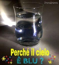 bicchiere trasparente del detersivo trasparente una torcia  Riempite il bicchiere con dell'acqua e aggiungetevi tre cucchiai di detersivo. Mescolate finchè non si è completamente sciolto, facendo attenzione a non fare schiuma!  accendete la vostra pila in modo che la luce passi attraverso il vaso. Il liquido al suo interno rimarrà del suo colore bianco.  Ora andate in una stanza buia e ripetete l'esperimento. Questa volta il liquido vi apparirà blu, proprio come il cielo.