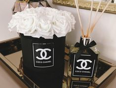 Hat box with roses cc flowerbox set gift decoration cc set lv luxury forever roses Hat Box Flowers, Fake Flowers Decor, Flower Box Gift, Flower Boxes, Flower Decorations, Chanel Room, Chanel Decor, Parfum Chanel, Glamour Decor