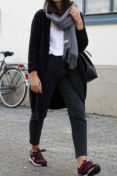 "Cardigan – Cos  T-Shirt – Funktion Schnitt  Jeans – Closed ""Pedal Icon""  Sneaker – Skechers  Bucket Bag – Moss Copenhagen Schal – Acne Studios ""Canada""  Brille – Ace & Tate"