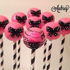 I Pop Cakes: Cupcakes und Bows Cake Pops. Minnie Mouse First Birthday, Minnie Mouse Cake, Bow Cakes, Cupcake Cakes, Pink Und Gold, Pink Black, Chocolates, Pink Cake Pops, Pink Birthday Cakes