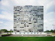 Lafayette Park, Detroit - Mies van der Rohe: modernist high rise Ludwig Mies Van Der Rohe, Residential Architecture, Amazing Architecture, Modern Architecture, Bauhaus, Chicago, Lafayette Park, Alvar Aalto, Park Homes