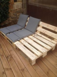 Pallet Outdoor Furniture Reclining Seats for Your Patio or Deck - Outdoor pallet furniture ideas help you make your backyard into an outdoor living area that you can enjoy with your family. Find the best designs! Diy Garden Furniture, Wooden Pallet Furniture, Diy Outdoor Furniture, Diy Pallet Furniture, Furniture Ideas, Wooden Pallets, Furniture Design, Pallet Sofa, Furniture Nyc