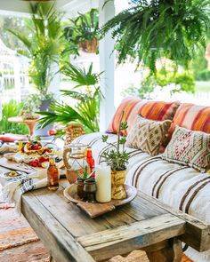 New apartment living room boho porches ideas Bohemian Porch, Bohemian Interior, Bohemian Decor, Bohemian Style, Boho Chic, Bohemian House, Rustic Wood Furniture, Outdoor Furniture Sets, Outdoor Decor