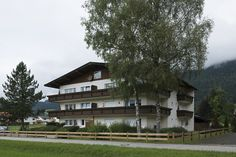 Nicht nur im Hotel Bernhard ist der Gast bestens aufgehoben, auch im Appartmenthaus Tirolerhaus erwartet dich echte, gelebte Tiroler Gemütlichkeit und ein ganz besonderer Charme. Mansions, House Styles, Home Decor, Glamour, Mansion Houses, Homemade Home Decor, Manor Houses, Fancy Houses, Decoration Home