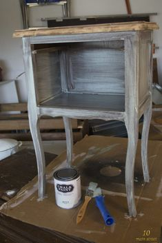 J'ai testé la Chalk Paint Action ! Et c'est plutôt bien en fait Distressed Furniture, Upcycled Furniture, Unique Furniture, Rustic Furniture, Diy Furniture, Furniture Design, Furniture Buyers, Deck Furniture Layout, Basement Furniture
