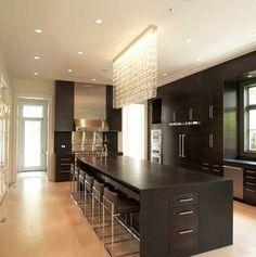 Isla grande de cocina en color negro con cristales